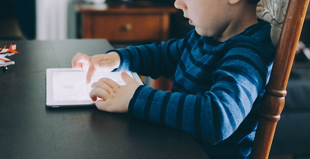 gadget-dan-perilaku-negatif-anak